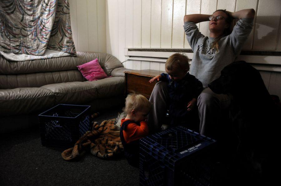 3. Сабрина Лэки пользуется моментом, чтобы отдохнуть и поиграть со своими сыновьями в комнате мотеля «Triangle T Motel» на Колфакс Авеню в Денвере. После того, как ее муж Джефф потерял работу на молочной ферме «Ройал Крест», вся семья с собакой Стичем и четырьмя кошками три месяца меняла отели, прежде чем остановиться здесь, в «Sand & Sage».