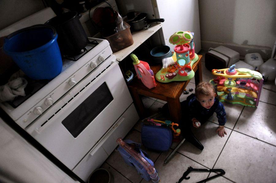 4. Кухня часто захламляется в мотеле «Sand & Sage» в Денвере. Кухня является также кладовкой и игровой комнатой для близнецов Лэки.