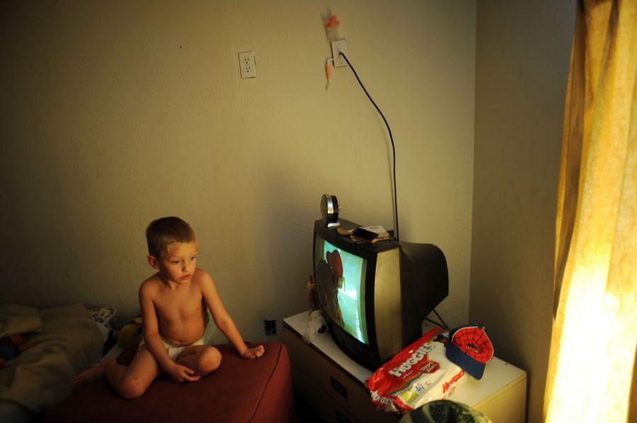 11. 5-летний Алекс ждет своего отца 41-летнего Уиллиса из прачечной в мотеле «Triangle T Motel» в Коммерс Сити, Колорадо.