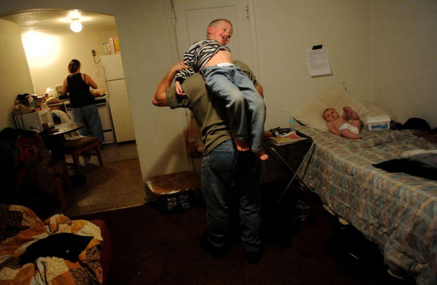 13. Уиллис Рауз играет с сыном Алексом в мотеле «Triangle T Motel». Уиллис работает на автомойке, но последнее время ему сократили часы работы.