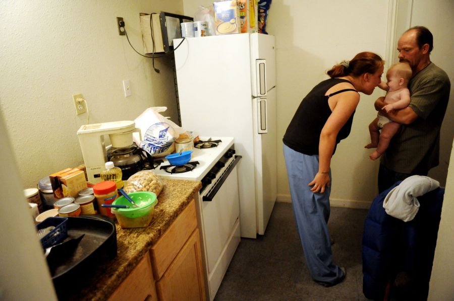 16. Уиллис и Джеми Рауз играют с 5-месячным сыном Рики. Недавно Джеми узнала, что находится на втором месяце беременности третьим ребенком.