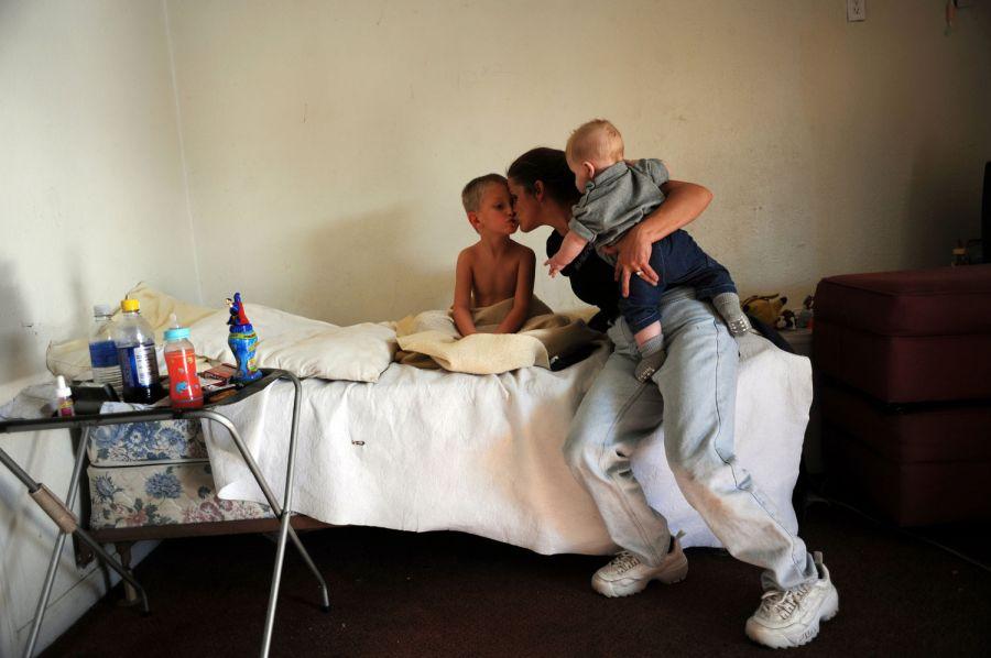 19. Тетя Алекса  Рауза Черил Лук целует его, держа на руках 5-месячного Рики Рауза. Она приехала навестить семью в мотеле «T Motel».