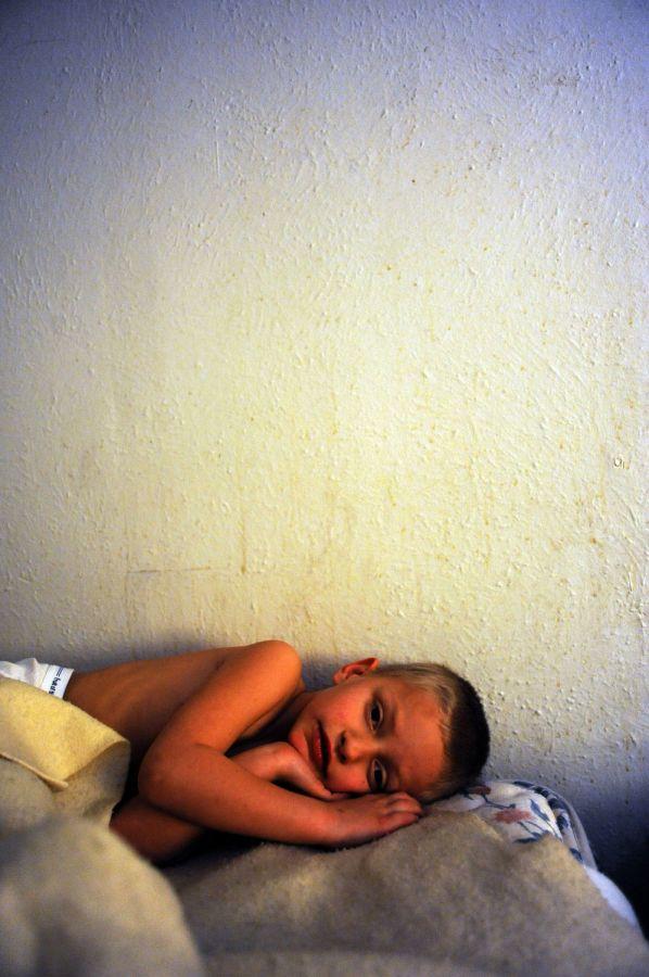 20. 5-летний Алекс ждет своего отца Уиллиса Рауза из прачечной в мотеле «Triangle T Motel» в Коммерс Сити, штат Колорадо.