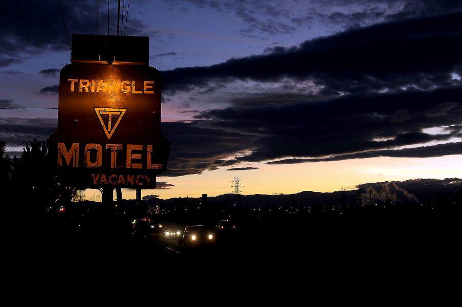 21. Мотель «Triangle T Motel» в Коммерс Сити, Колорадо, сдает комнаты на ночь, неделю и месяц. Семья Рауз и Дебби Блевинс с дочерью Терри Тайсон и ее тремя детьми живут в мотеле уже три месяца, снимая номер за 247 долларов в неделю.