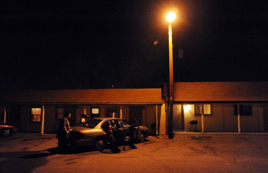 29. Дебби Блевинс, ее дочь Терри Тайсон и внуки садятся в автомобиль, чтобы пообедать в «Бургер Кинг». Семья снимает комнату в мотеле «Triangle T Motel». До этого они жили в мотеле «Clear View», но его закрыли из-за нарушения санитарных норм.
