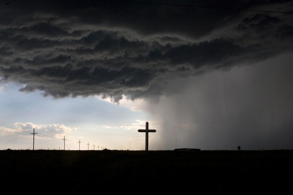 2. На конечном этапе дорожного путешествия по США я ехал на восток по шоссе 40, когда вдруг разразилась буря с градом размером с мяч для гольфа. Рядом с Грумом, штат Техас, был знак – «крупнейший крест в западном полушарии». Это место показалось подходящим, чтобы переждать бурю. И вдруг я увидел силуэт этого креста, отделяющего солнечное небо от пасмурного. (Photo and caption by Brad Maule)