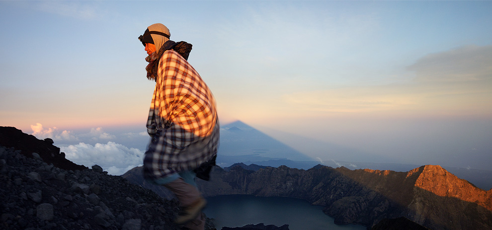 3. Этот снимок был сделан во время путешествия к вулкану на острове Ломбок в Индонезии на восходе. (Photo and caption by David Bismuth)