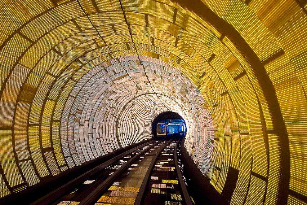 6. Я был в первом вагоне короткого метро между Пудонгом и Бандом и увидел этот замечательный вид въезжающего в тоннель поезда на фоне смены света в тоннеле. Я поднес фотоаппарат к окну и несколько раз как можно быстрее нажал на кнопку, чтобы получить этот снимок. (Photo and caption by Gail von Bergen Ryan)