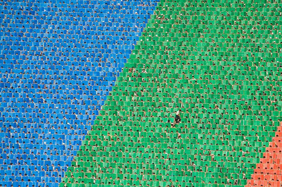 20. Даже во время грандиозного шоу «Ариран» - выражения идеологии государства – один человек может иногда выделиться из толпы и отбиться от коллектива. Но только на мгновение. (Photo and caption by Brendyn Zachary)