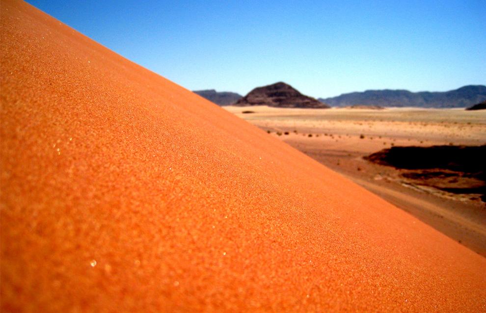 24. Вид одной из многих песчаных дюн в Иордании. Тяжелое восхождение сводилось к двум шагам вперед и одному назад. (Photo and caption by Andrew Cwiklewich)