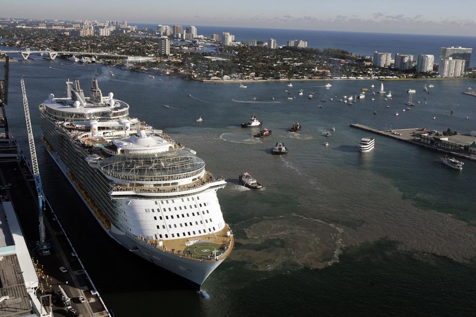 2. Новый круизный корабль компании «Royal Caribbean International» «Оазис морей» дебютирует в США в порту Эверглейдс в пятницу 13 ноября в Форт-Лодердейл, Флорида. (Sun Sentinel / Amy Beth Bennett)