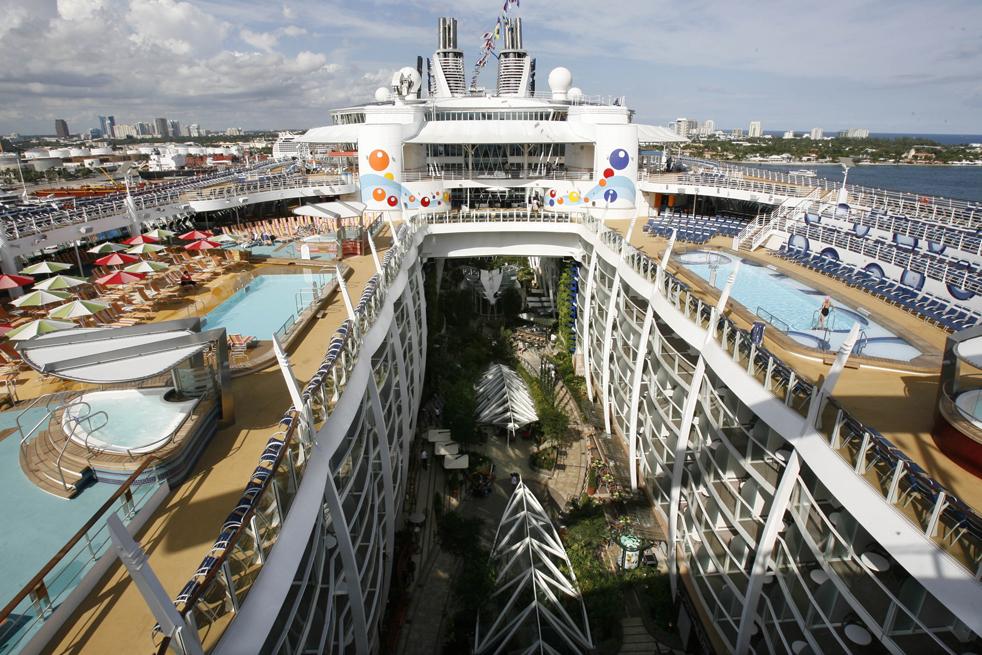 3. Крупнейшее в мире круизное судно «Оазис морей» в порту Эверглейдс в Форт-Лодердейл 20 ноября. (AP / Hans Deryk)