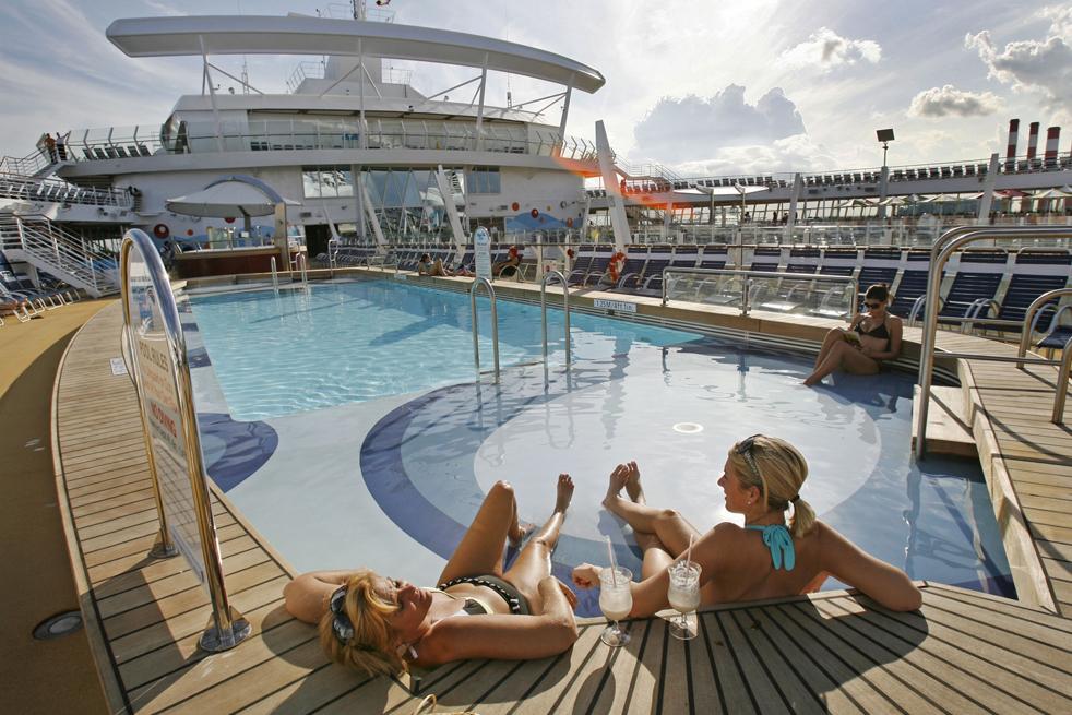4. Один из бассейнов на борту крупнейшего в мире круизного лайнера «Оазис морей» в порту Эверглейдс в Форт-Лодердейл в пятницу 20 ноября. (AP / Hans Deryk)