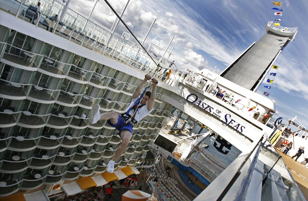 6. «Зип-лайн» - одно из спортивных развлечений на борту крупнейшего и новейшего в мире круизного лайнера «Оазис морей», который стоит на якоре в порту Эверглейдс в Форт-Лодердейл, Флорида, 20 ноября. (AP / Hans Deryk)