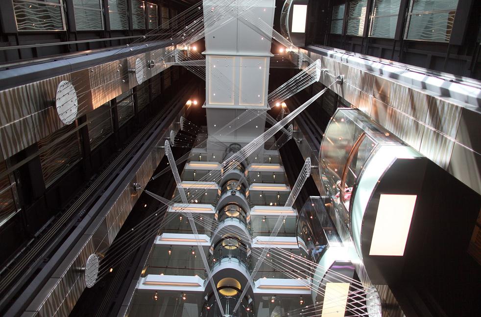 7. Пространство между лифтами на борту круизного лайнера «Оазис морей» 20 ноября в порту Эверглейдс, Флорида. «Оазис морей» - крупнейший и новейший в мире круизный лайнер. (Getty Images / Joe Raedle)