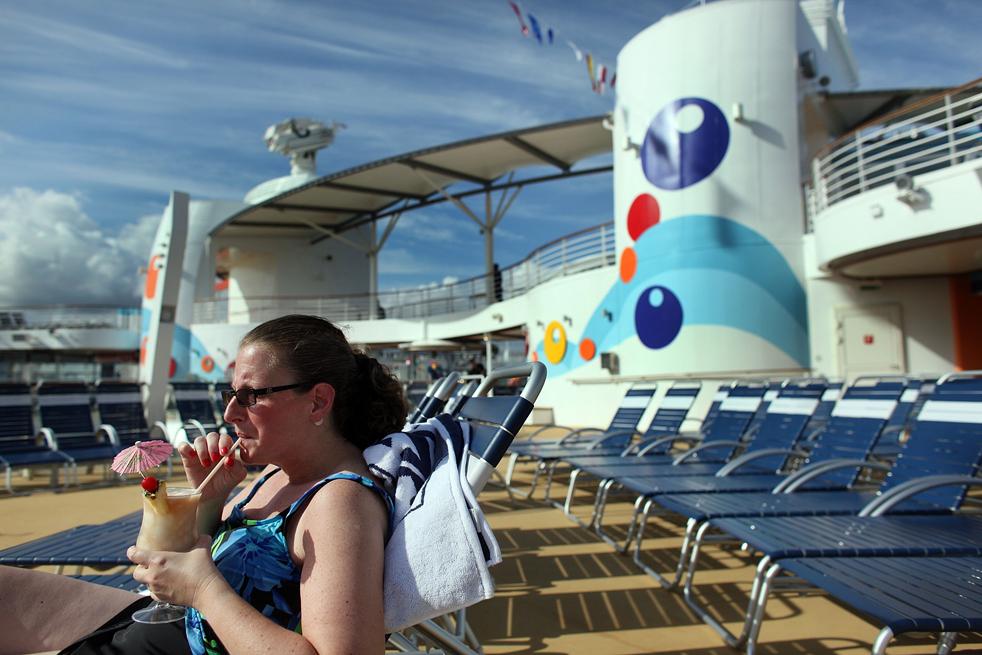 10. Каран Поповитц наслаждается напитком на борту круизного лайнера «Оазис морей» 20 ноября в порту Эверглейдс, Флорида. «Оазис морей» - крупнейший и новейший в мире круизный лайнер. (Getty Images / Joe Raedle)