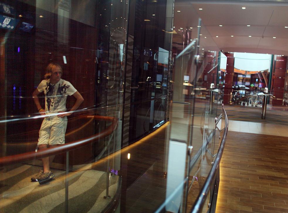 13. Мужчина едет на лифте на борту «Оазиса морей» 20 ноября в порту Эверглейдс, Флорида. (Getty Images / Joe Raedle)