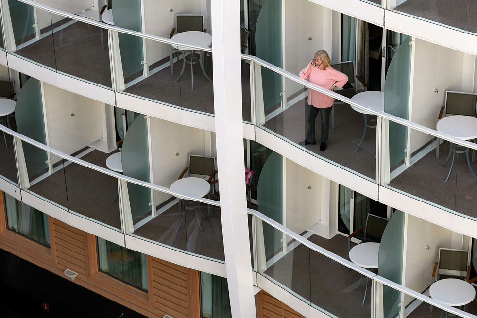 15. Женщина наслаждается видами с балкона с отдельной каюты на борту круизного лайнера «Оазис морей» 20 ноября в порту Эверглейдс, Флорида. (Getty Images / Joe Raedle)