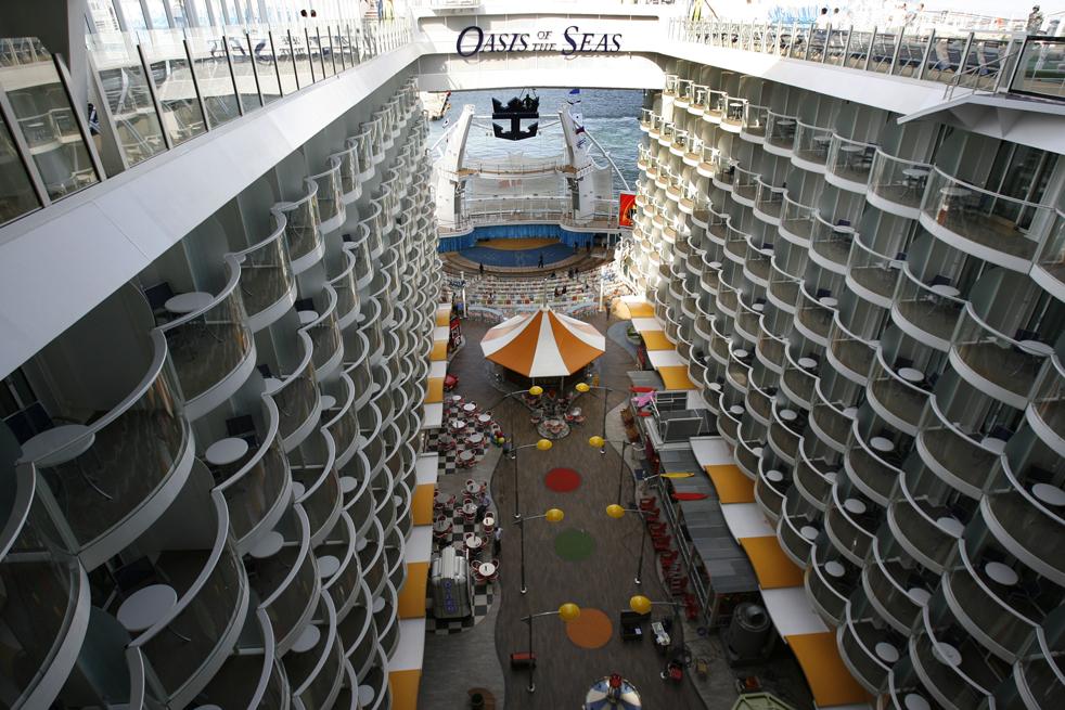 22. Крупнейший и новейший в мире круизный лайнер «Оазис морей» стоит на якоре в порту Эверглейдс в Форт-Лодердейл, Флорида, в пятницу 20 ноября. (AP / Hans Deryk)