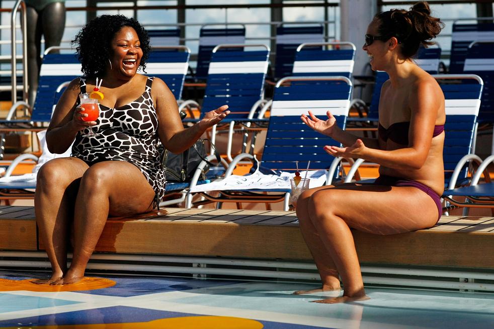 23. Анисса Дин (слева) и Жасмин Лидке наслаждаются напитками у бассейна на борту круизного лайнера «оазис морей» 20 ноября в порту Эверглейдс, Флорида. (Getty Images / Joe Raedle)