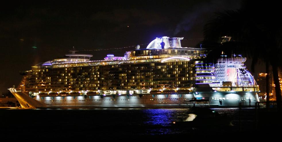 24. Круизный лайнер «Оазис морей» в порту Эверглейдс, Флорида, 20 ноября. «Оазис морей» - крупнейший и новейший в мире круизный лайнер. (Getty Images / Joe Raedle)