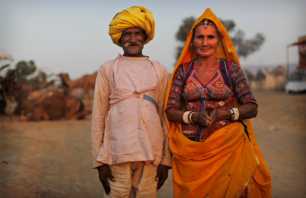 4. Индийские погонщики верблюдов – брат и сестра – позируют для фотографа на рынке домашнего скота в Пушкаре, Раджастан, утром в четверг 29 октября 2009 года. (AP Photo/Kevin Frayer)