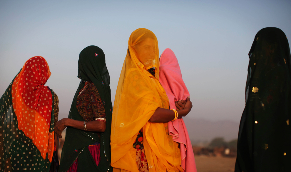7. Индийские женщины собрались на рынке верблюдов на Пушкар Мела утром в четверг 29 октября 2009 года. (AP Photo/Kevin Frayer)