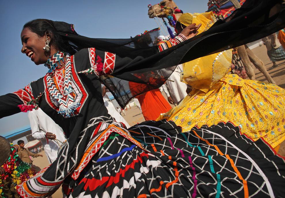 9. Женщина танцует на параде в Пушкаре, Раджастан, Индия, утром в четверг 29 октября 2009 года. (AP Photo/Kevin Frayer)