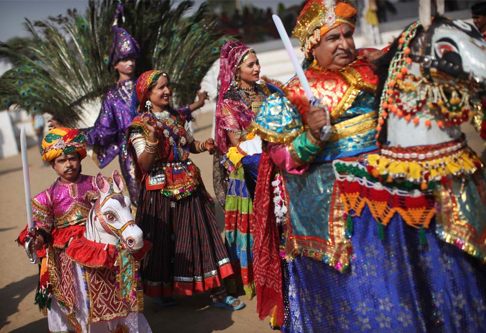10. Индийская театральная труппа принимает участие в параде на Пушкар Мела 29 октября 2009 года. (AP Photo/Kevin Frayer)