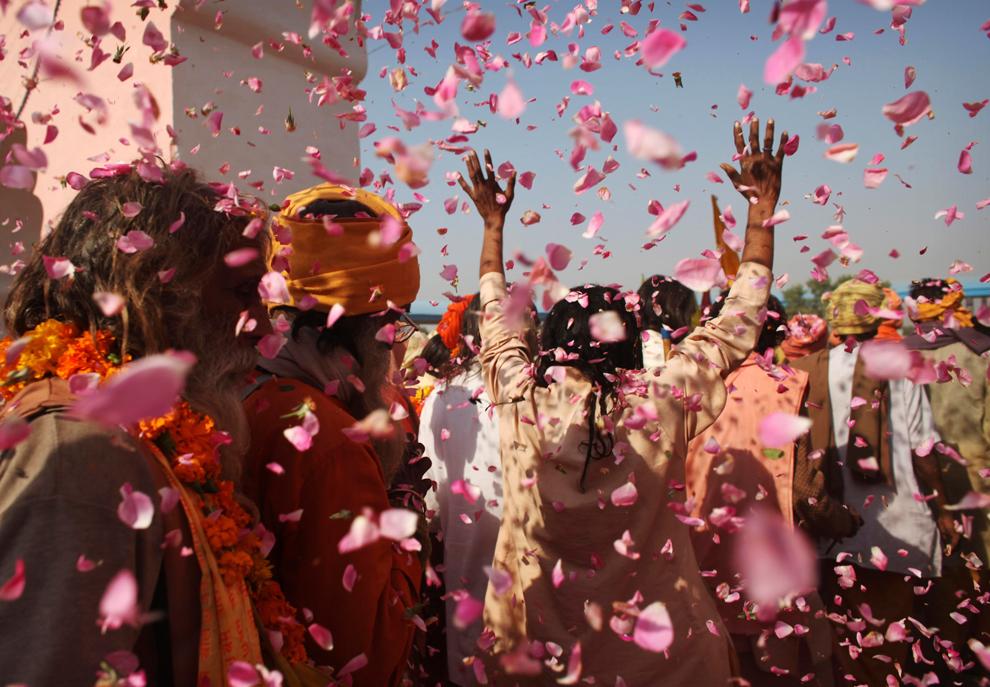 11. Толпа бросает цветы во время парада индусских праведников-садху на ярмарке Пушкар Мела в четверг 29 октября 2009 года. (AP Photo/Kevin Frayer)