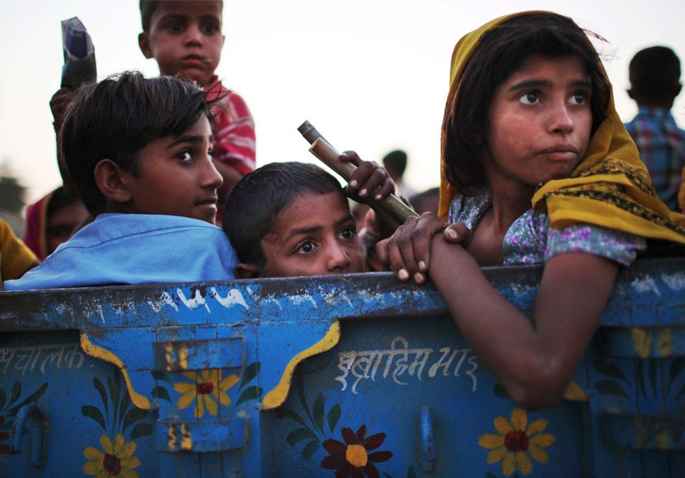 17. Индийские дети едут в кузове грузовика в Пушкаре, Раджастан, утром в четверг 29 октября 2009 года. (AP Photo/Kevin Frayer)