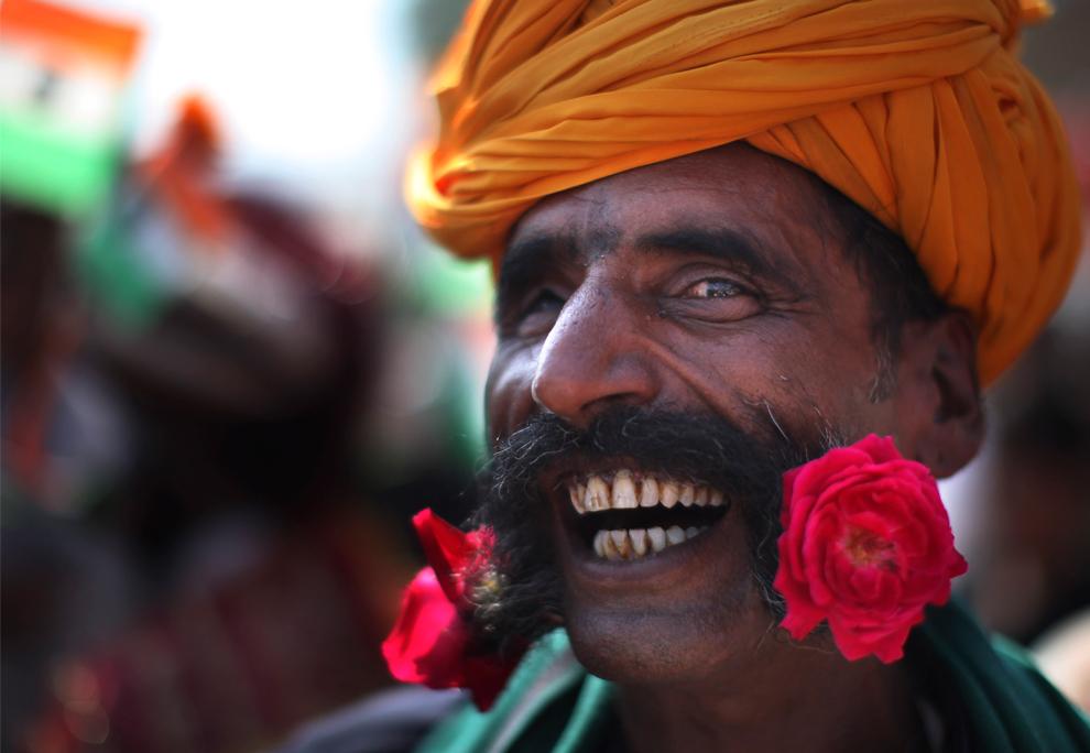 20. Участник конкурса на самую длинную бороду с цветами в бороде на ярмарке Пушкар Мела в Пушкаре, Раджастан, в пятницу 30 октября 2009 года. (AP Photo/Kevin Frayer)