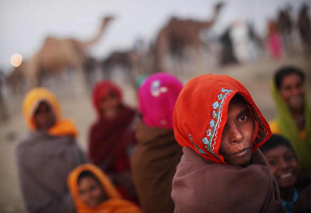 24. Женщины собрались на ежегодном рынке домашнего скота в Пушкаре, Индия, в четверг 29 октября 2009 года. (AP Photo/Kevin Frayer)
