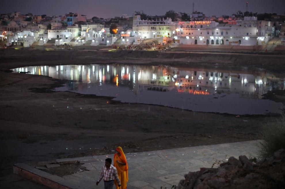 26. Небольшой водоем в священном озере Пушкара, Раджастан, Индия, в пятницу 30 октября 2009 года. (AP Photo/Kevin Frayer)