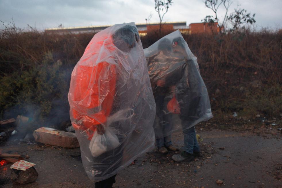 5) Палестинцы в пластиковых мешках под проливным дождем. Эти люди с Западного берега реки Иордан пришли в поисках работы в Израиле. Снимок сделан 3 ноября, на пересечении Эяль в центральной части Израиля. (Getty Images/David Silverman)