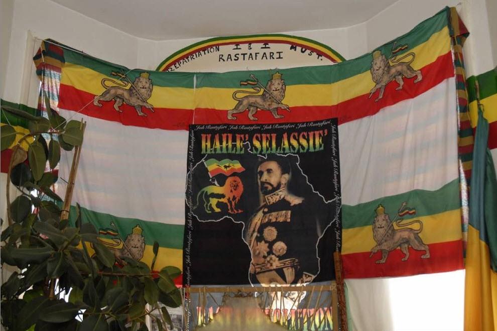 """1.  Rastafarian bait: kelahiran gerakan Rastafari telah resmi terjadi di Ethiopia selama penobatan Pangeran Ras Tafari Macon (Haile Selassie) November 2, 1930.  Setahun sebelumnya, Marcus Garvey memiliki visi kenabian - ia melihat raja dinobatkan di Afrika.  Pertanda didasarkan pada kata-kata dari mazmur: """"Mereka akan datang dari orang-orang besar dari Mesir, Etiopia akan mengulurkan tangannya kepada Allah"""" (Mazmur 68:31).  Ramalan itu terpenuhi, dan orang-orang adalah Rastafarian pertama. """""""