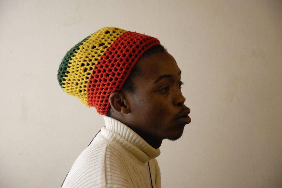 17. Этот молодой парень, только что приехал из Эфиопии.