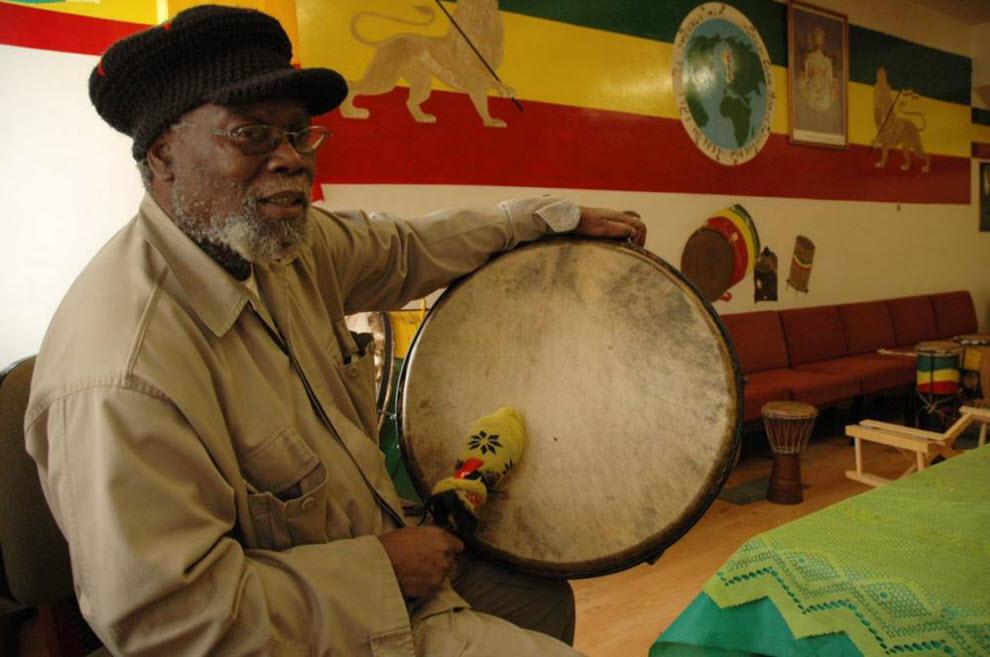 """23.  Jah Biru.  Drum - simbol """"afrikanstva"""" Rastafarian, dan di beberapa rumah percaya bahwa semangat energi ilahi Allah Jah terletak pada drum."""