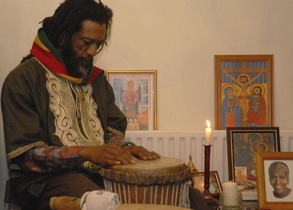 25.  Musik «Nyabinghi» - musik bentuk rastamanskoy paling signifikan.  Nya bermain di upacara ibadah yang mencakup drum, menyanyi dan menari dan berdoa dan merokok ganja.