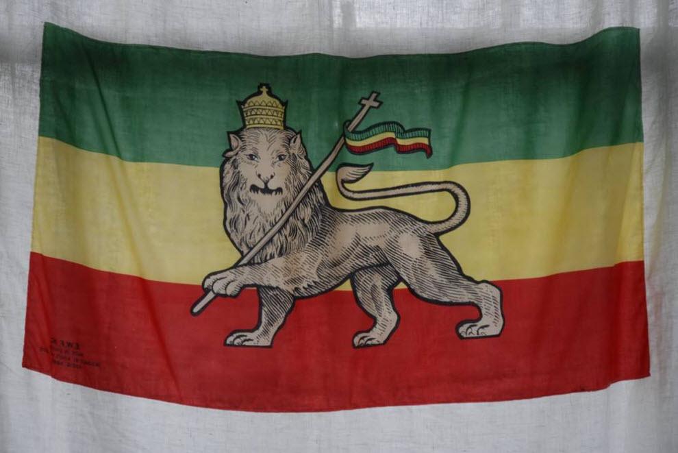 27.  Rastafariansky bendera merupakan bendera tua dengan lambang Singa Yehuda Ethiopia.  Merah melambangkan darah orang kulit hitam, kuning - emas dicuri, dan hijau - tanah Lost Afrika.