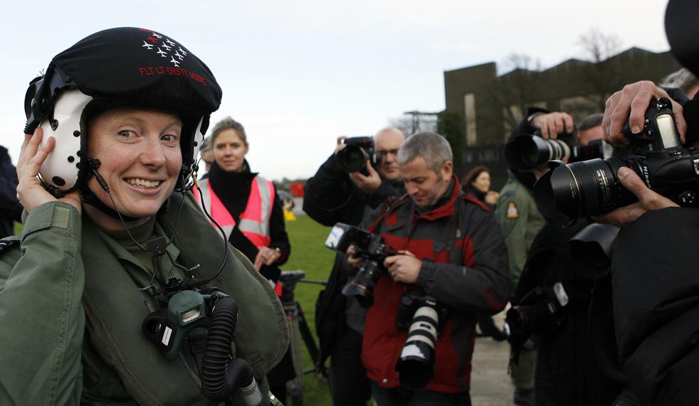 2. Капитан Кирсти Мур в летном шлеме на базе ВВС в Скемптоне 12 ноября после того, как ее назвали первой женщиной-пилотом в команде пилотажной группы «Красные стрелы». Ранее в своей карьере в военно-воздушных силах 31-летняя Мур была квалифицированным инструктором по летной подготовке. Она учила пилотов летать на современном сверхскоростном тренировочном самолете на аэродроме RAF Valley, а затем села за штурвал «Tornado GR4» во время операций в Ираке. (AP/Simon Dawson)