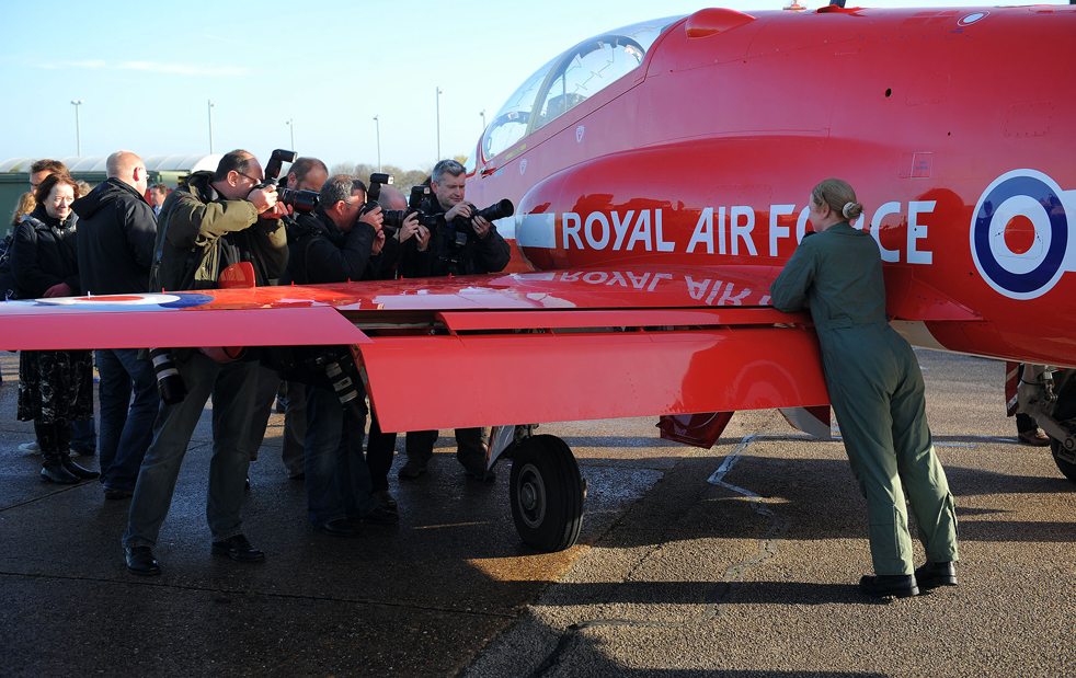 3. Первая женщина-пилот в составе «Красных стрел» капитан Кирсти Мур (справа) позирует у своего самолета «Hawk» на базе Скемптон в Линкольне, северная Англия, 12 ноября. (AFP/Getty Images/Andrew Yates)