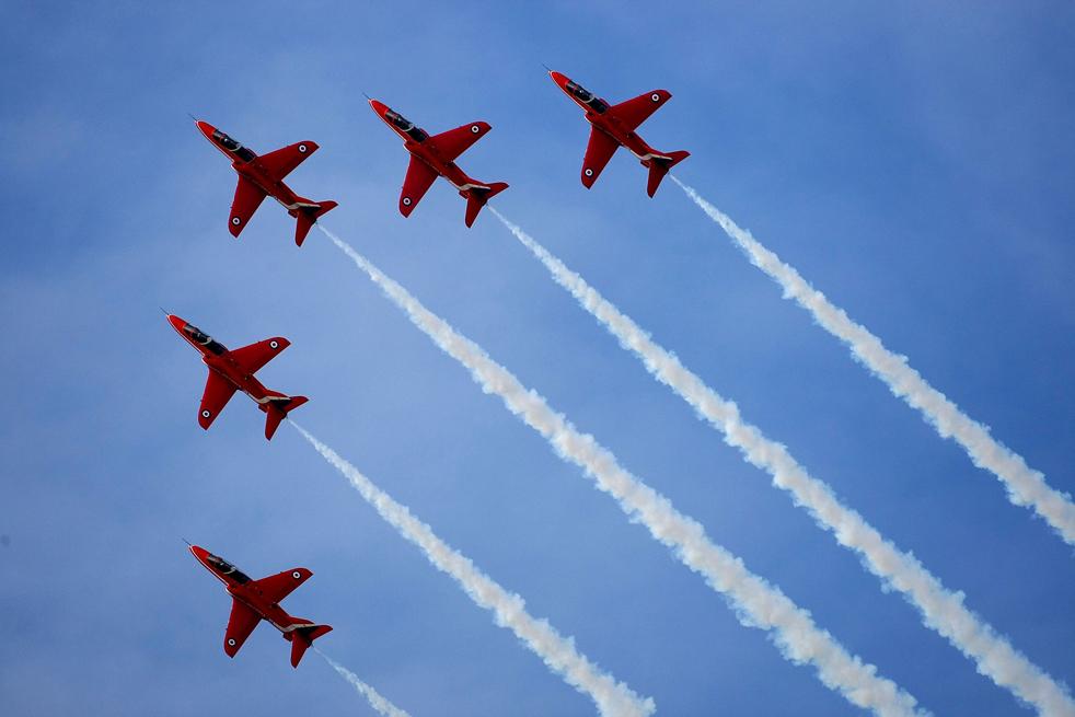 11. Пилотажная группа «Красные стрелы» выполняет один из своих трюков во время запуска состава команды 2010 на авиабазе Скемптон 12 ноября в Линкольне, Англия. (Getty Images/Christopher Furlong)