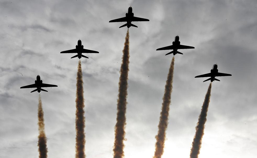 14. Капитан Кирсти Мур и ее команда тренируются на своих «ястребах» на авиабазе ВВС в Скемптоне, Англия, в четверг 12 ноября. (AP/Simon Dawson)