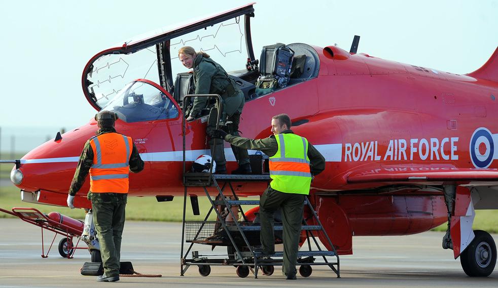 15. Первая женщина-пилот в составе «Красных стрел» капитан Кирсти Мур (в центре) садится в свой самолет «Hawk» на авиабазе Скемптон в Линкольне, северная Англия, 12 ноября. (AFP/Getty Images/Andrew Yates)