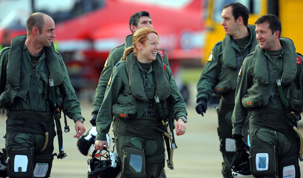 16. Первая женщина-пилот в составе пилотажной группы «Красные стрелы» с товарищами по команде на авиабазе Скемптон в Линкольне 12 ноября. (AFP/Getty Images/Andrew Yates)