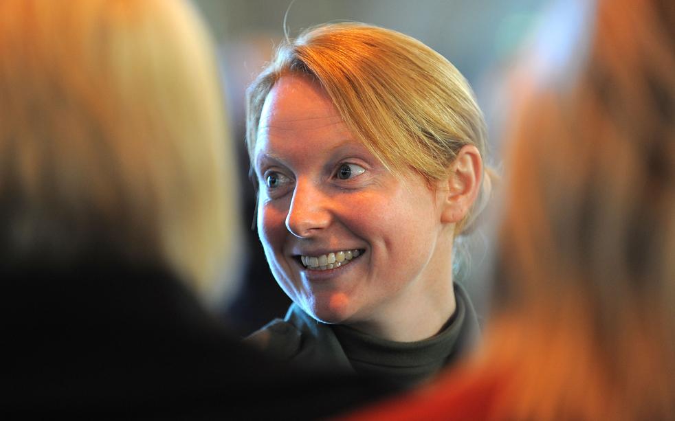 17. Первая женщина-пилот в составе «Красных стрел» капитан Кирсти Мур дает интервью прессе на авиабазе Скемптон в Линкольне, северная Англия, 12 ноября. (AFP/Getty Images/Andrew Yates)