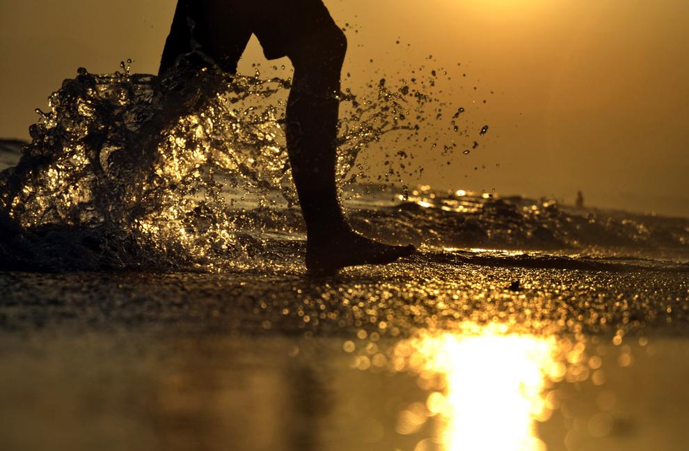 1. Мальчик на пляже в испанском прибрежном городке Марбелла 1 сентября 2009 года. На северном побережье Испании температура по-прежнему превышает 30 градусов. (SASCHA SCHUERMANN/AFP/Getty Images)