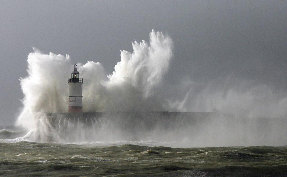 2. Огромные волны разбиваются о маяк в гавани Нью-Хэвен во время шторма в Восточном Суссексе, Англия, 14 ноября 2009 года. (GLYN KIRK/AFP/Getty Images)