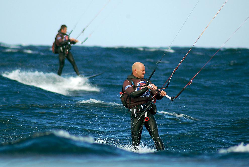 4. Австралийские смельчаки Бен Моррисон-Джек (справа) и Джеймс Уэйт (слева) во время попытки стать первыми, кто пройдет по печально известным водам пролива Баса от Тасмании до Австралии 9 сентября 2009 года. Давние друзья храбро встретили огромные волны во время своего 12-часового путешествия по 259-километровой полоске опасных вод, прежде чем проплыть последний километр к заливу Аполло. (NALU PRODUCTIONS/AFP/Getty Images)